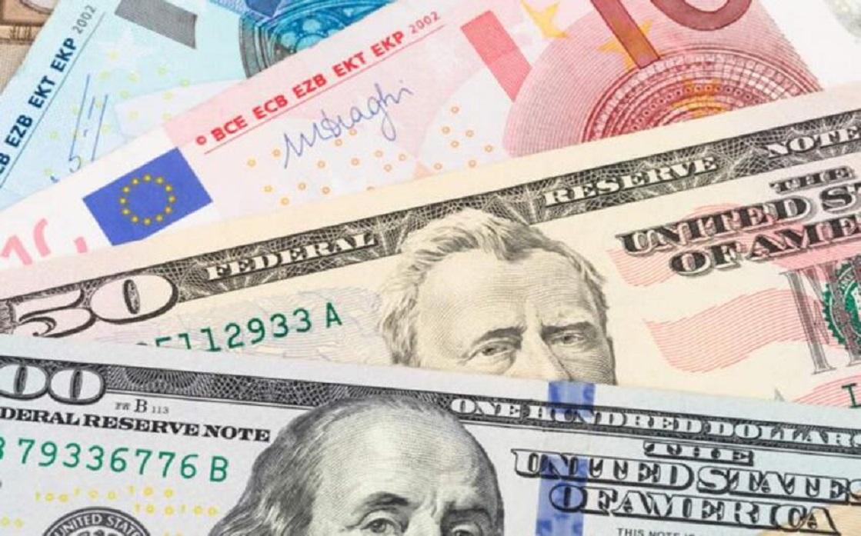 الدولار يرتفع بعد بيانات أميركية، لكنه يسجل أكبر هبوط شهري منذ ديسمبر