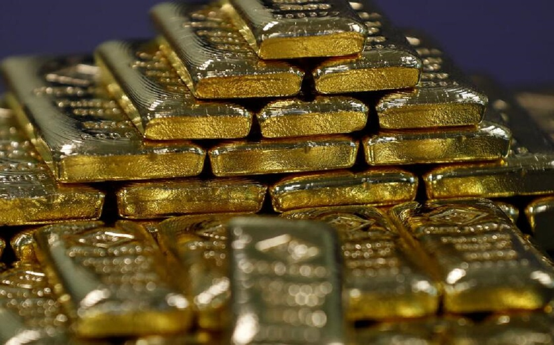 Gold tops more than a month of low bond yields