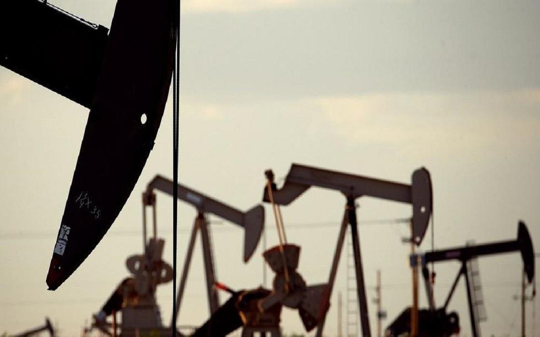 النفط يهبط بعد زيادة مفاجئة لمخزون الخام الأميركي