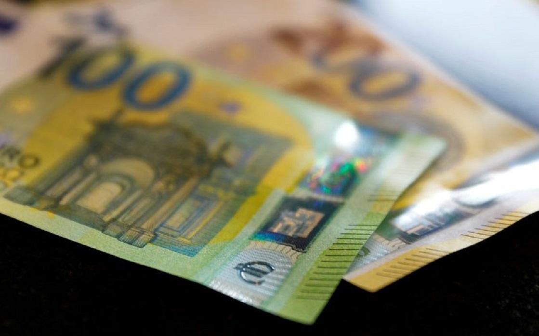اليورو ينزل لأدنى مستوى في 7 أسابيع بعد إخفاق مؤشر مديري المشتريات في رفع العملات