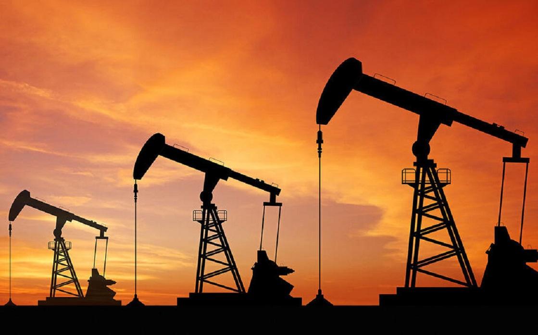 النفط يتراجع بعد أن بلغ قمة عدة سنوات بفعل نزاع في أوبك