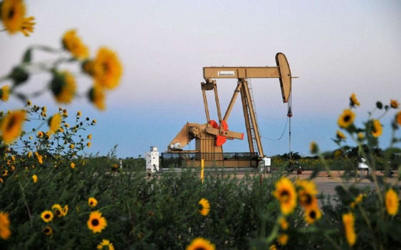 أسعار النفط تتجه صوب قفزة أسبوعية 10% بفعل تعطيلات في أمريكا الشمالية والنرويج